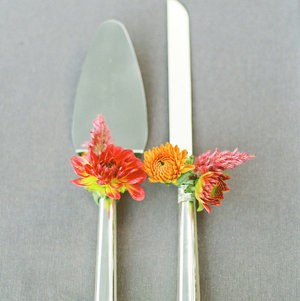 Ideas we love - decorating the cake knife and server with your wedding flowers
