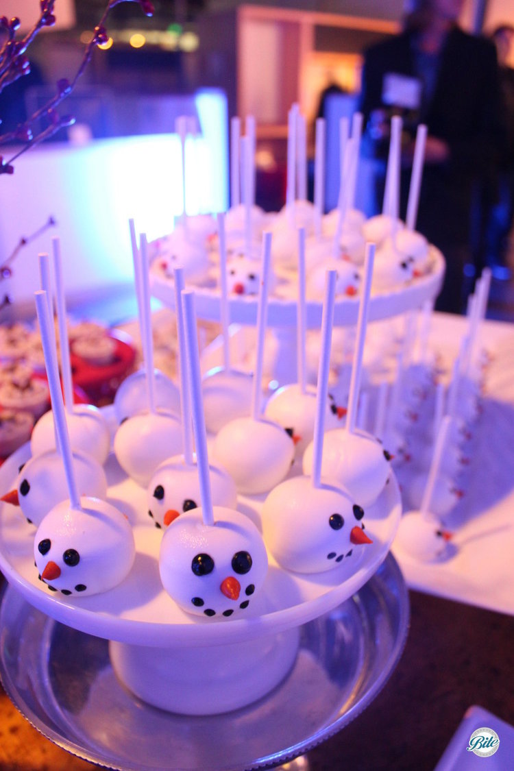 Cake pops decorated as snowmen