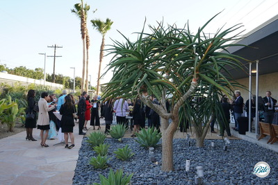 Guests enjoy a beautiful evening on the Wende museum courtyard