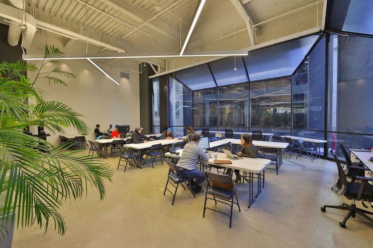 The annex area is a flexible working environment for small meetings, breakouts, or an installation next to the stage.