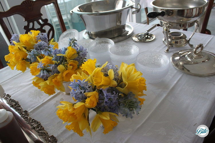 Flowers for the table in the wedding colors of blue and yellow