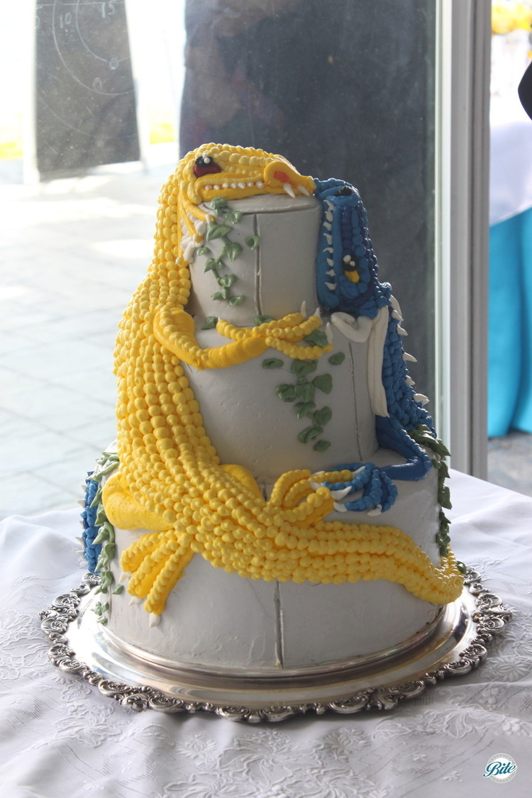 Beautifully represented dragon on the wedding cake